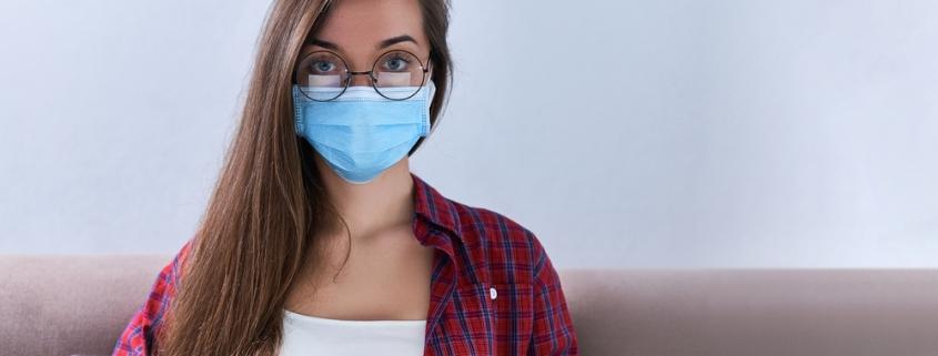 ragazza con mascherina protettiva